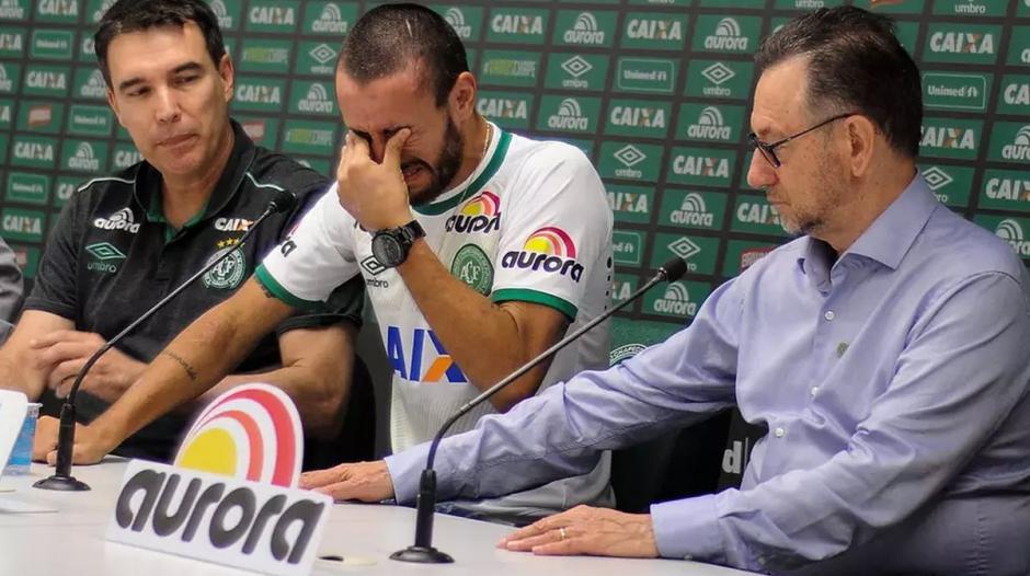 El futbolista no pudo contener el llanto al hablar de sus compañeros. (Foto: Twitter)