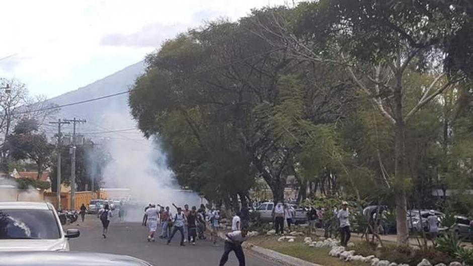 Los seguidores de la barra Ultra Sur hicieron desmanes en Antigua Guatemala. (Foto: Twitter)
