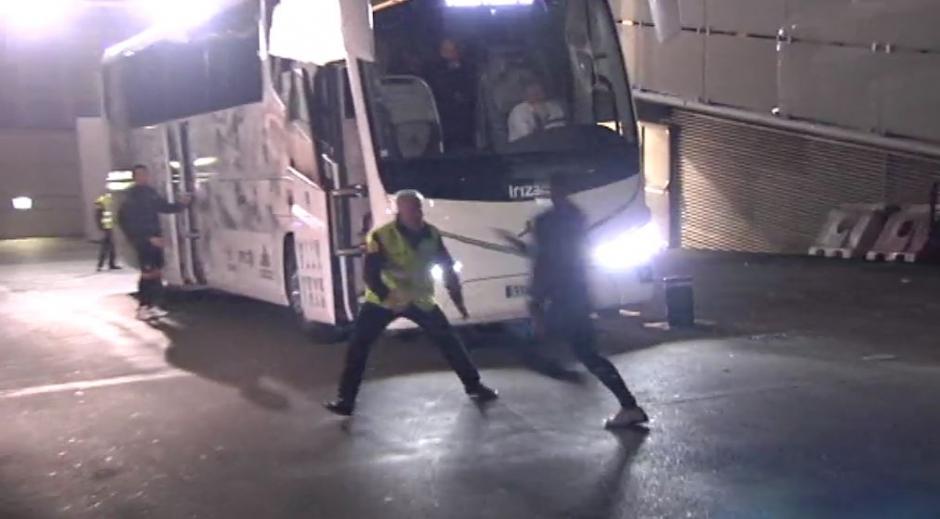 El muchacho logró eludir el cerco de la policía, pero no pudo llegar directo a CR7. (Foto: Captura de video)