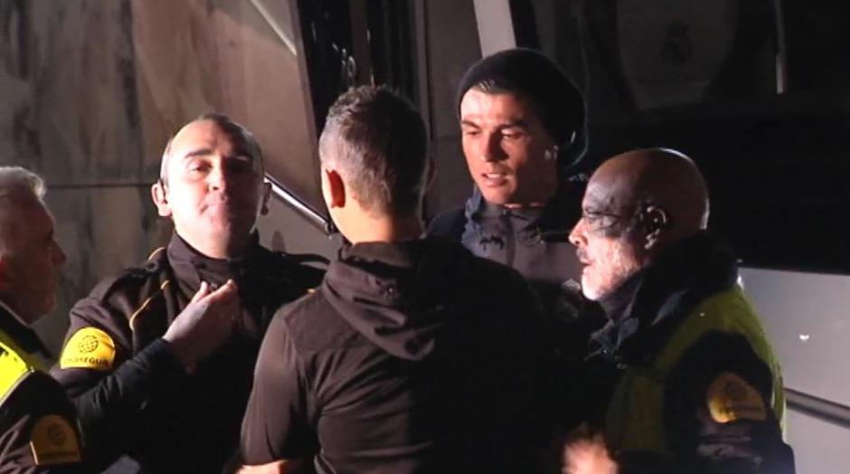 CR7 bajó del bus para saludar a este fanático que casi burla a la seguridad, se tomó la selfie y se fue. (Foto: Captura de video)