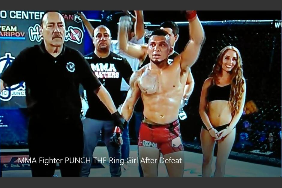 Andrew Brawley no asimiló bien su derrota y agredió sin querer a una de las chicas del ring. (Foto: Captura de video)