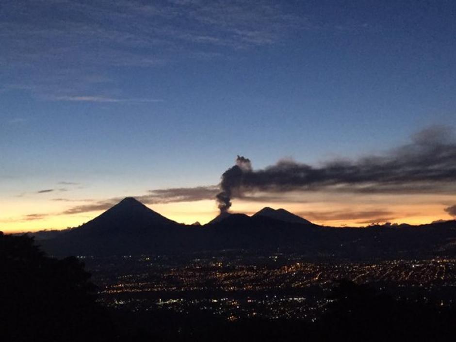 En el horizonte se ve la columna de ceniza que sale del cráter del Volcán de Fuego la tarde de este miércoles. (Foto: Sebastián Siero)