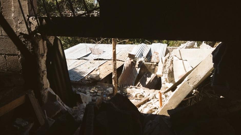 El techo se desplomó por la fuerte explosión. (Foto: Bomberos Voluntarios)