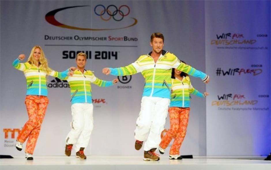 Los modelos luciendo el atuendo de Alemania, sin los abrigos. Foto German Missions