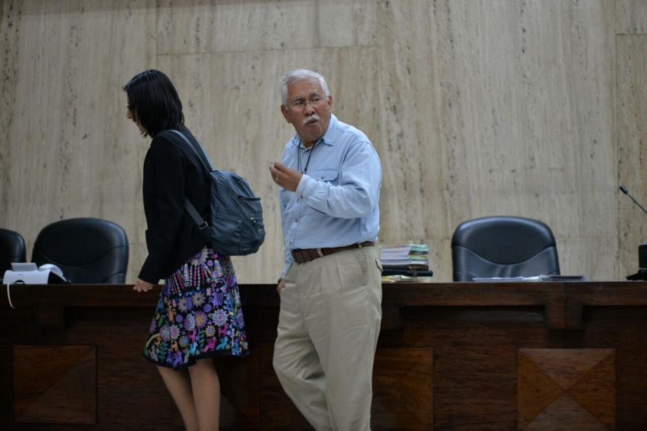 Edin Barrientos y su hija que también es su abogada caminan por el estrado. (Foto: Wilder López/Soy502)