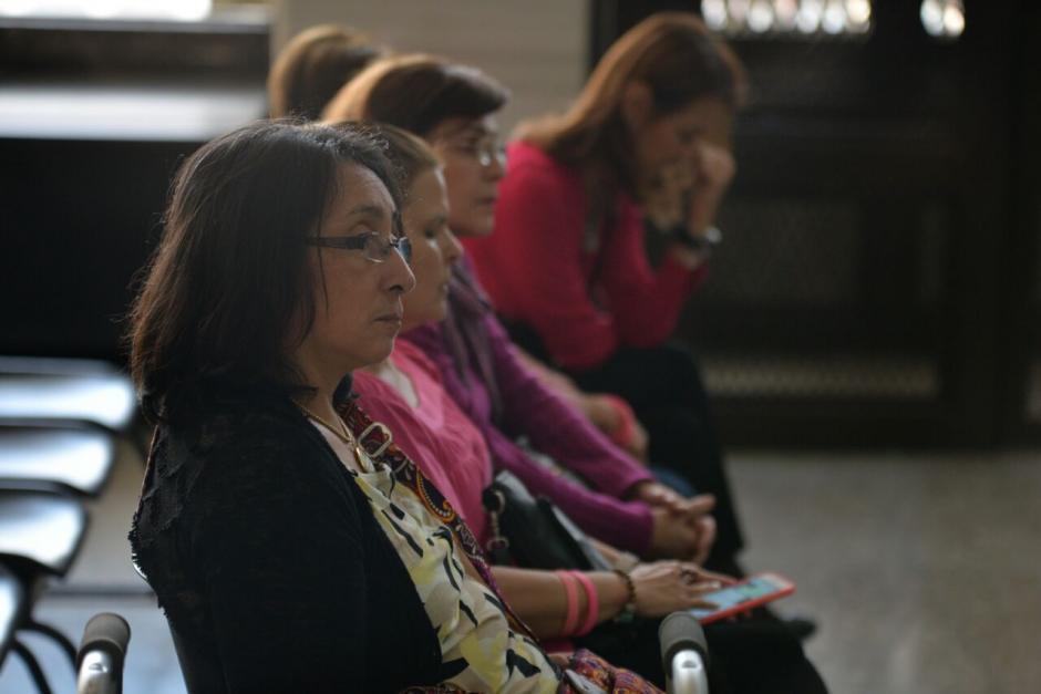 Norma Cruz de la Fundación Sobrevivientes y representantes de la organización Voces por Cristina, llegaron a la sala de audiencias del juzgado B, para presenciar la audiencia de ofrecimiento de prueba. (Foto: Wilder López/Soy502)