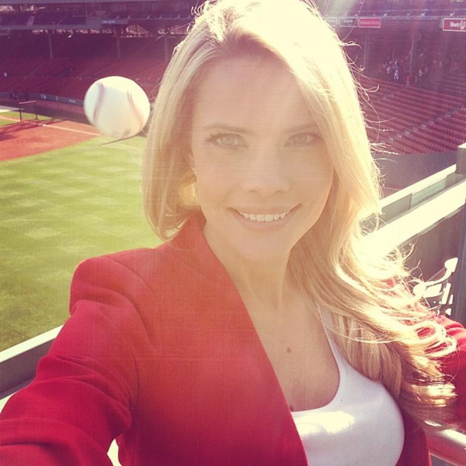 La periodista Kelly Nash estaba en Boston realizando un reportaje sobre los Rays de Tampa Bay, cuando decidió tomarse un selfie, sin darse cuenta que una pelota de beisbol venia directo a su cabeza. (Foto: Instagram)