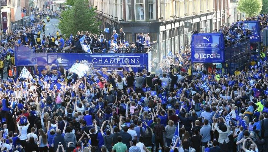 Las calles de Leicester se vistieron de azul. (Foto: AFP)