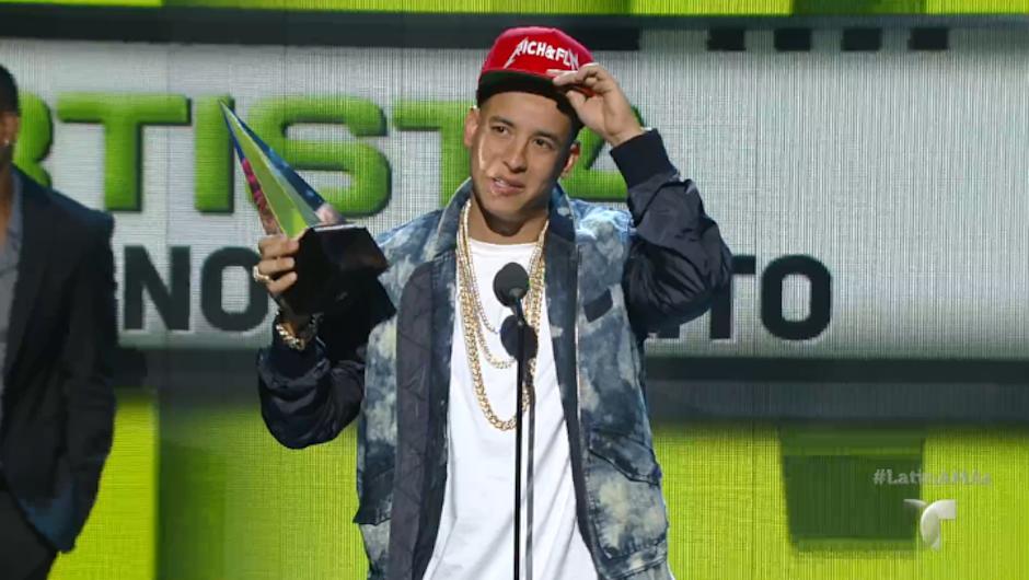 Daddy Yankee recibió el galardón a Artista Masculino del Año. (Foto: Telemundo)