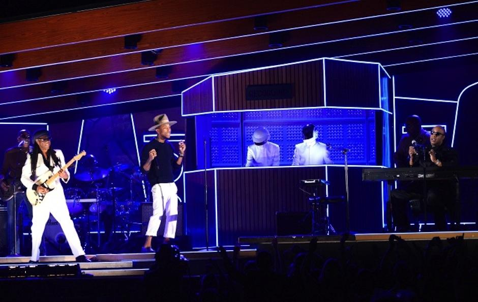 Una de las presentaciones más impecables de la noche a cargo de Daft Punk, Pharrell Williams y Stevie Wonder. (Foto: Grammy)