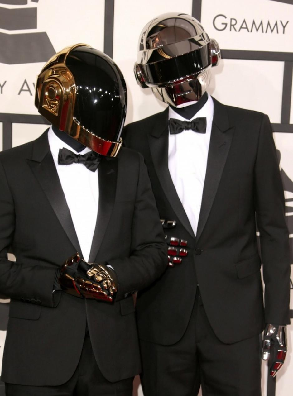 """Un """"smoking"""" no tiene nada fuera de lo común pero la forma en que Daft Punk lo lució acaparó la atención de las cámaras. (Foto: Grammy)"""