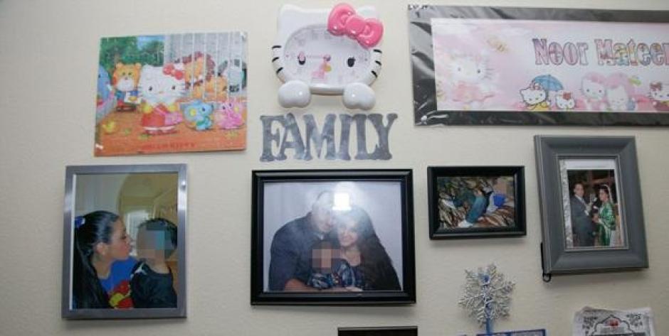 Una de las paredes está adornada con fotos de la familia. (Foto: Daily Mail)