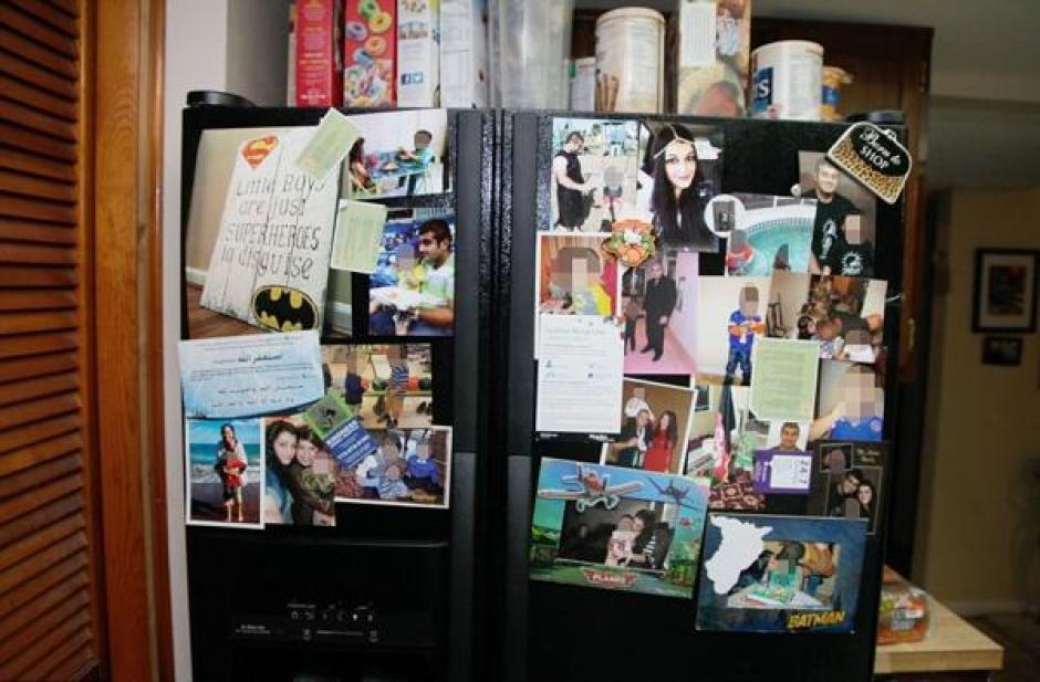 Fotos y recuerdos en la cocina de la familia Mateen. (Foto: Daily Mail)