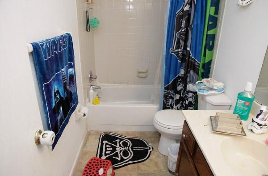 El baño está decorado con la saga de Star Wars. (Foto: Daily Mail)