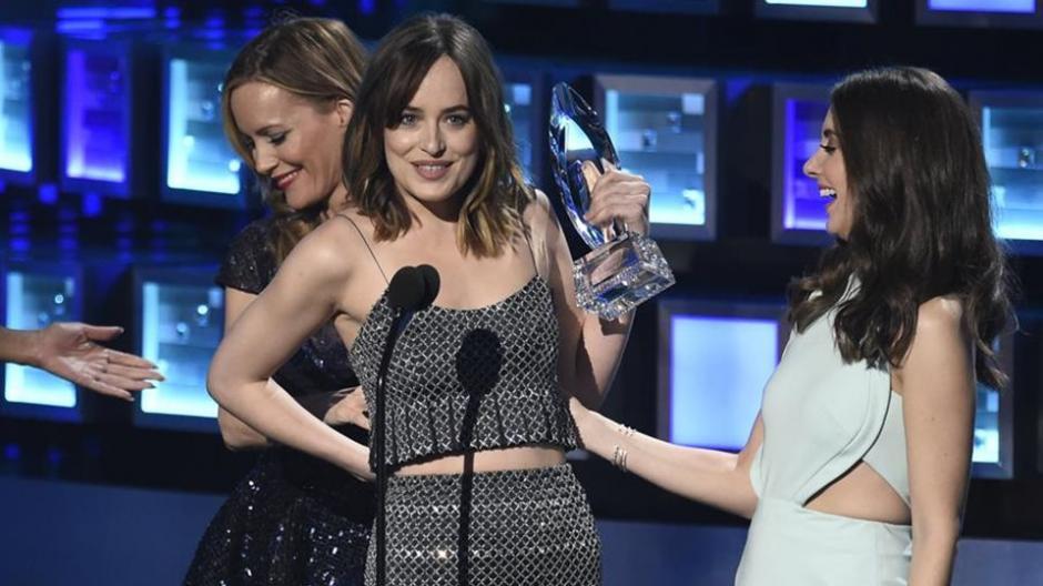 La actriz Dakota Johnson sonrío al darse cuenta que la parte superior del vestido se había desabrochado. (Foto: lecturas.com)