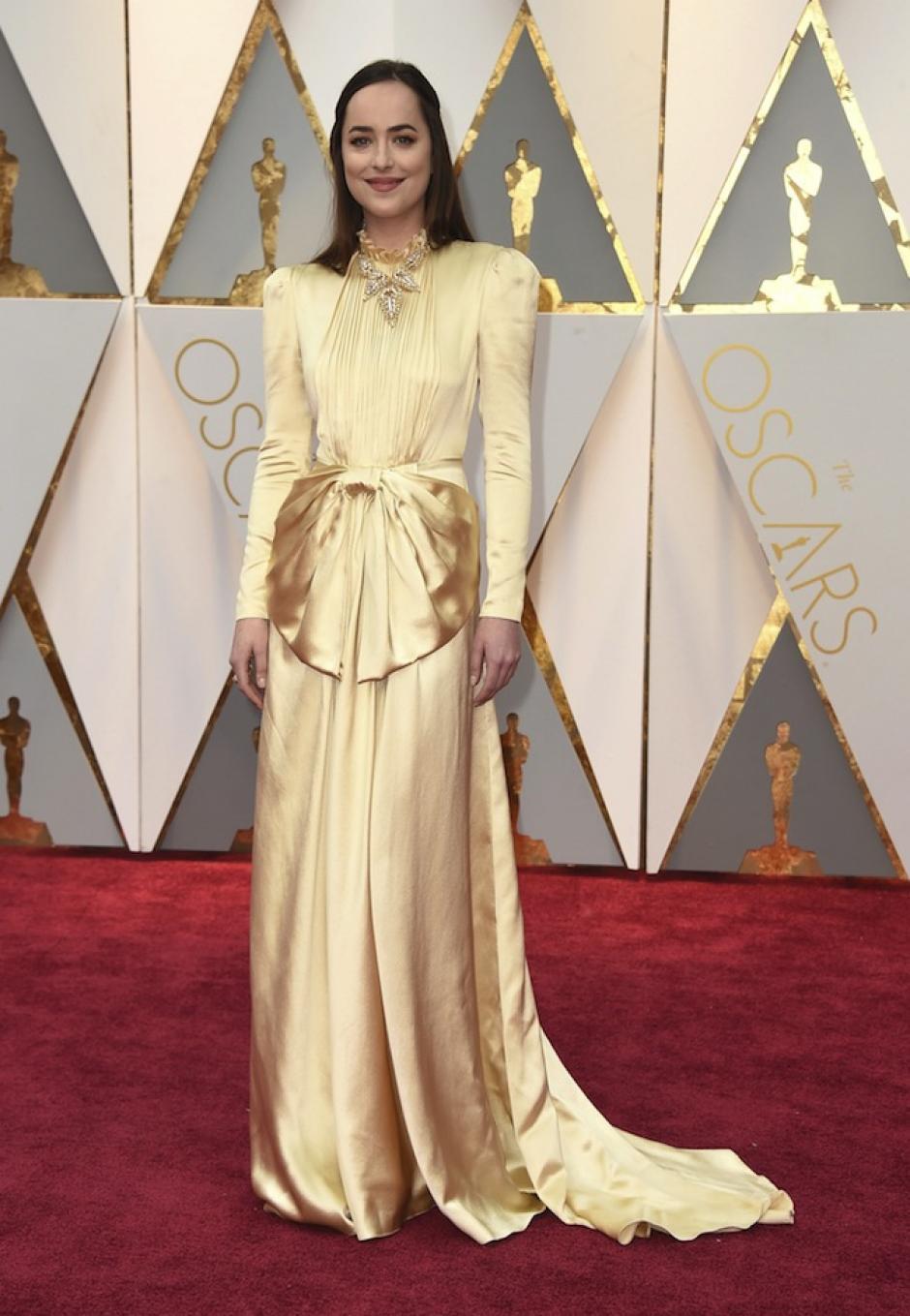 Dakota Johnson eligió un vestido con una moña en el centro con un moño que no le favorecía. (Gtres)