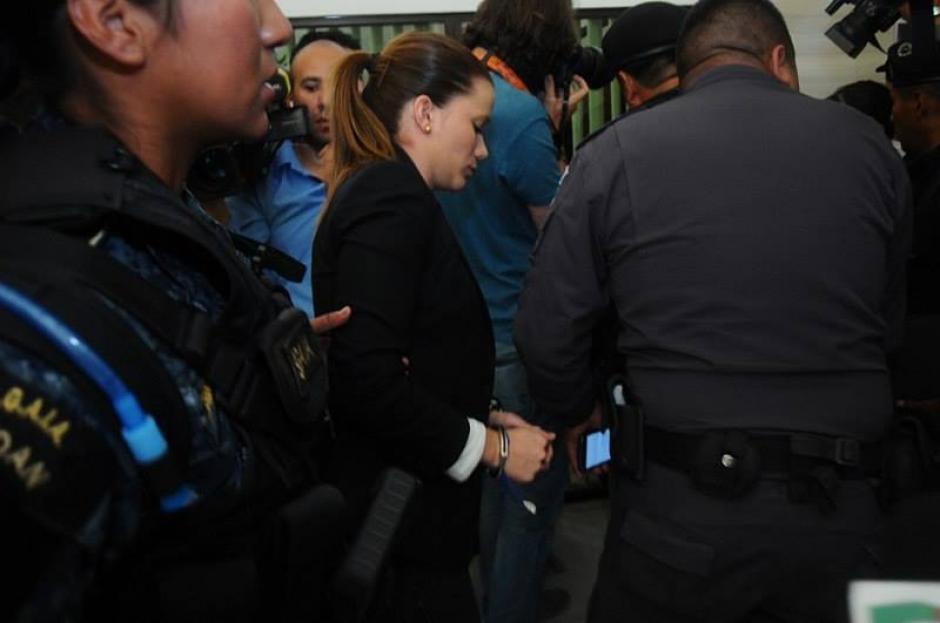 Daniela Beltranena fue capturada al salir de la audiencia. (Foto: Alejandro Balan/Soy502)