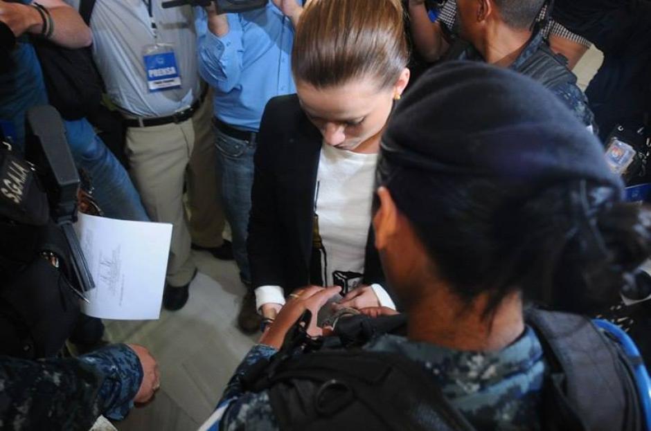 El juez no revocó su orden de captura y Beltranena fue esposada. (Foto: Alejandro Balan/Soy502)