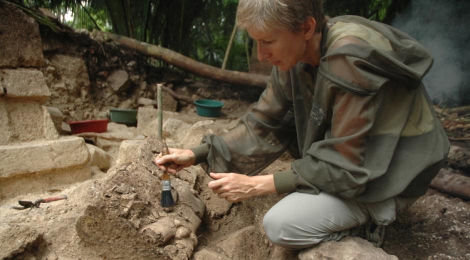 Daniela Traidan excava en la fachada del Templo Real del Palacio de El Ceibal. (Foto: Takeshi Imonata)