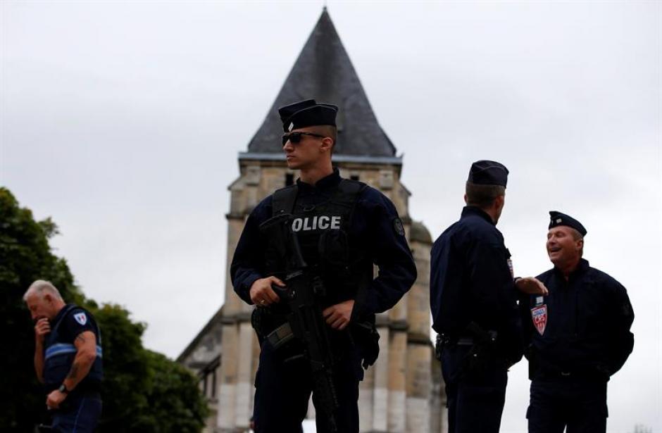 Varios policías vigilan los alrededores de la iglesia de Saint Etienne du Rouvray, Normandía. (Foto: Efe)