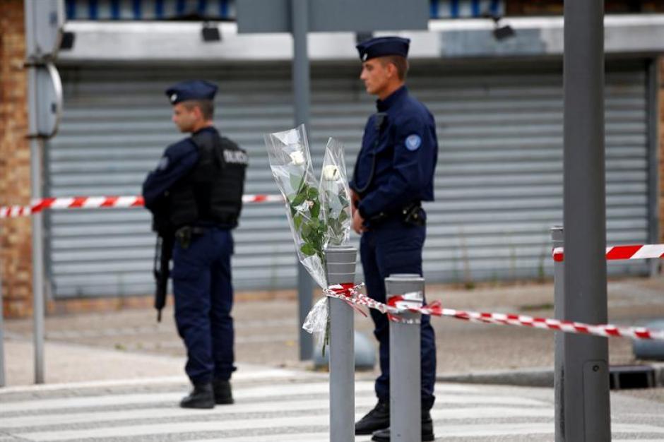 Una rosa blanca colocada cerca de la iglesia donde fue asesinado el sacerdote Jacques Hamel. (Foto: Efe)