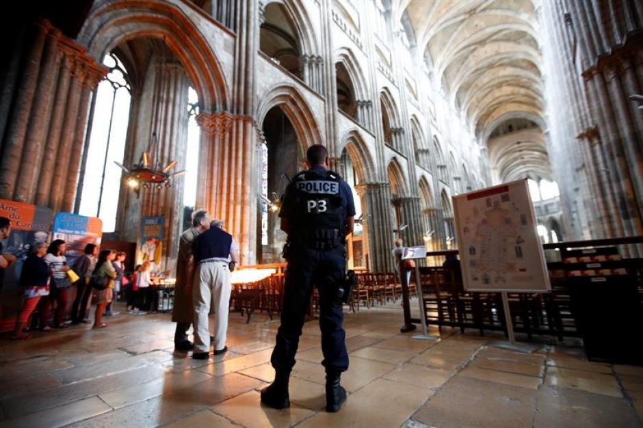 Un policía monta guardia durante la misa en homenaje al sacerdote asesinado Jacques Hamel. (Foto: Efe)