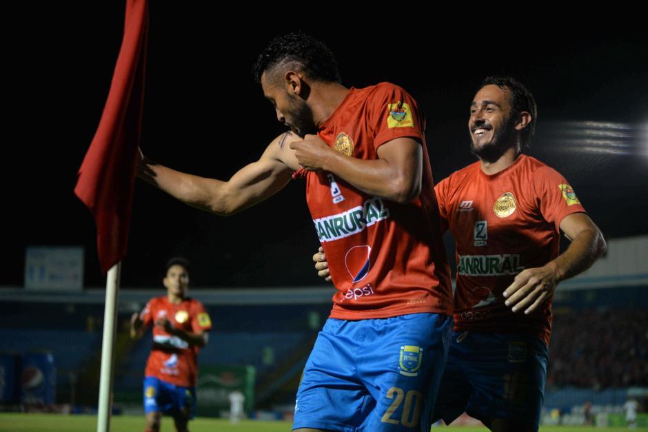 Danilo Guerra se tatuó el nombre de su papá en el brazo derecho y lo recordó al celebrar su gol en el clásico. (Foto: Wilder López/Soy502)