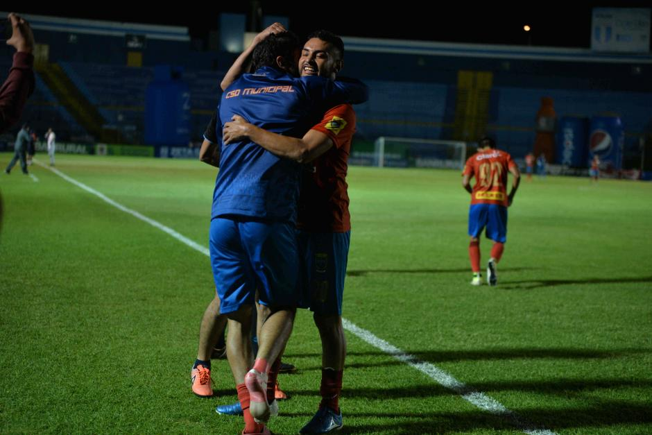 Abrazo de goleadores. Carlos Kamiani abrazó a Guerra en el festejo del primer gol. (Foto: Wilder López/Soy502)