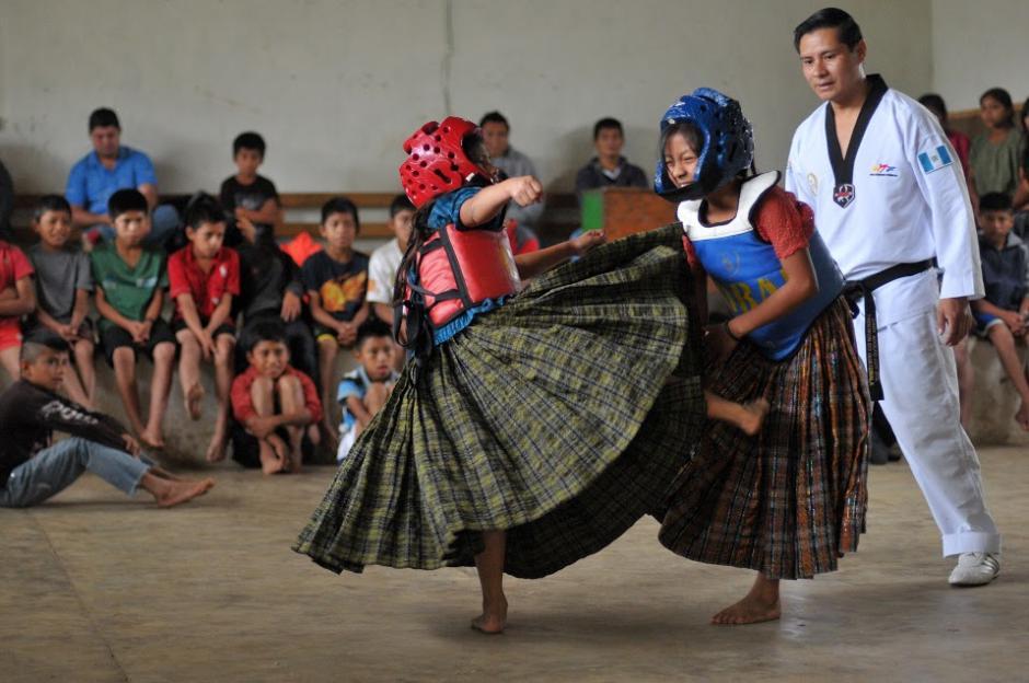Dos niñas de Tipulcán, en San Pedro Carchá, se enfrentan en un combate de Taekwondo luciendo su indumentaria tradicional. (Foto: Byron de la Cruz/Soy502)