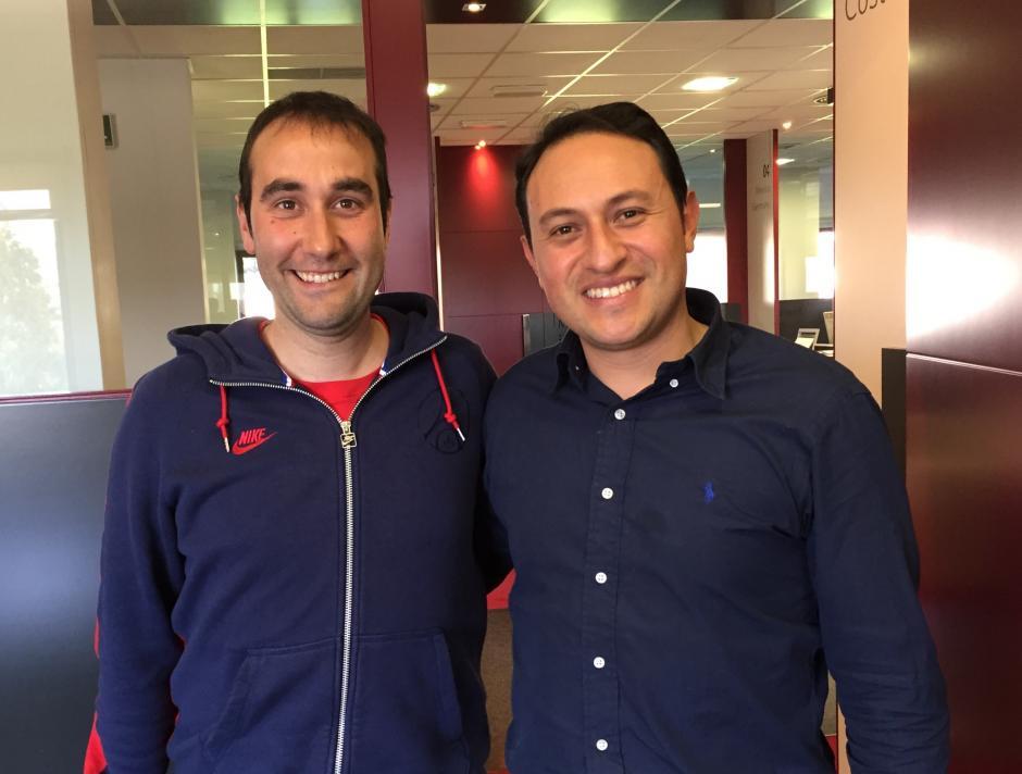 Junto a David Viejo, entrenador de la cantera del Real Madrid y director de la maestría que va a cursar. (Foto: Juan Francisco Roldán)