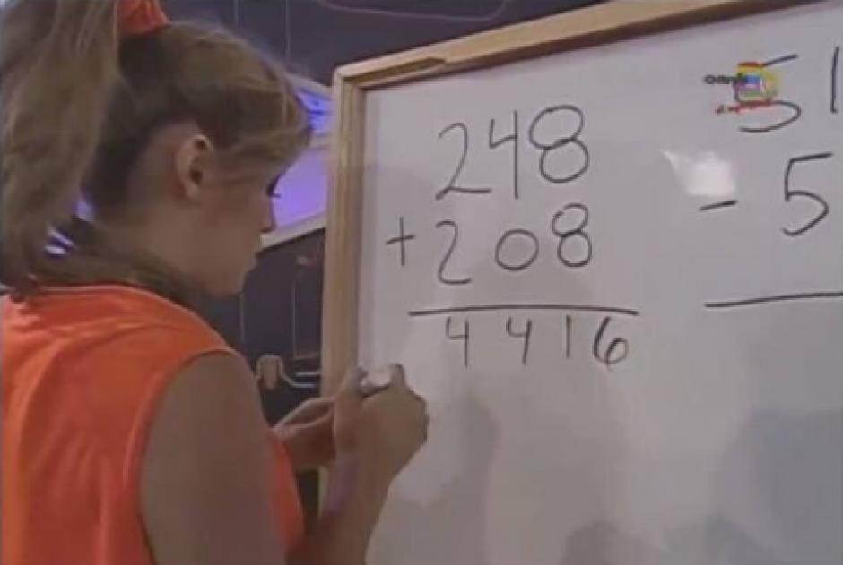La joven trata de realizar la operación matemática. (Foto: Twitter)