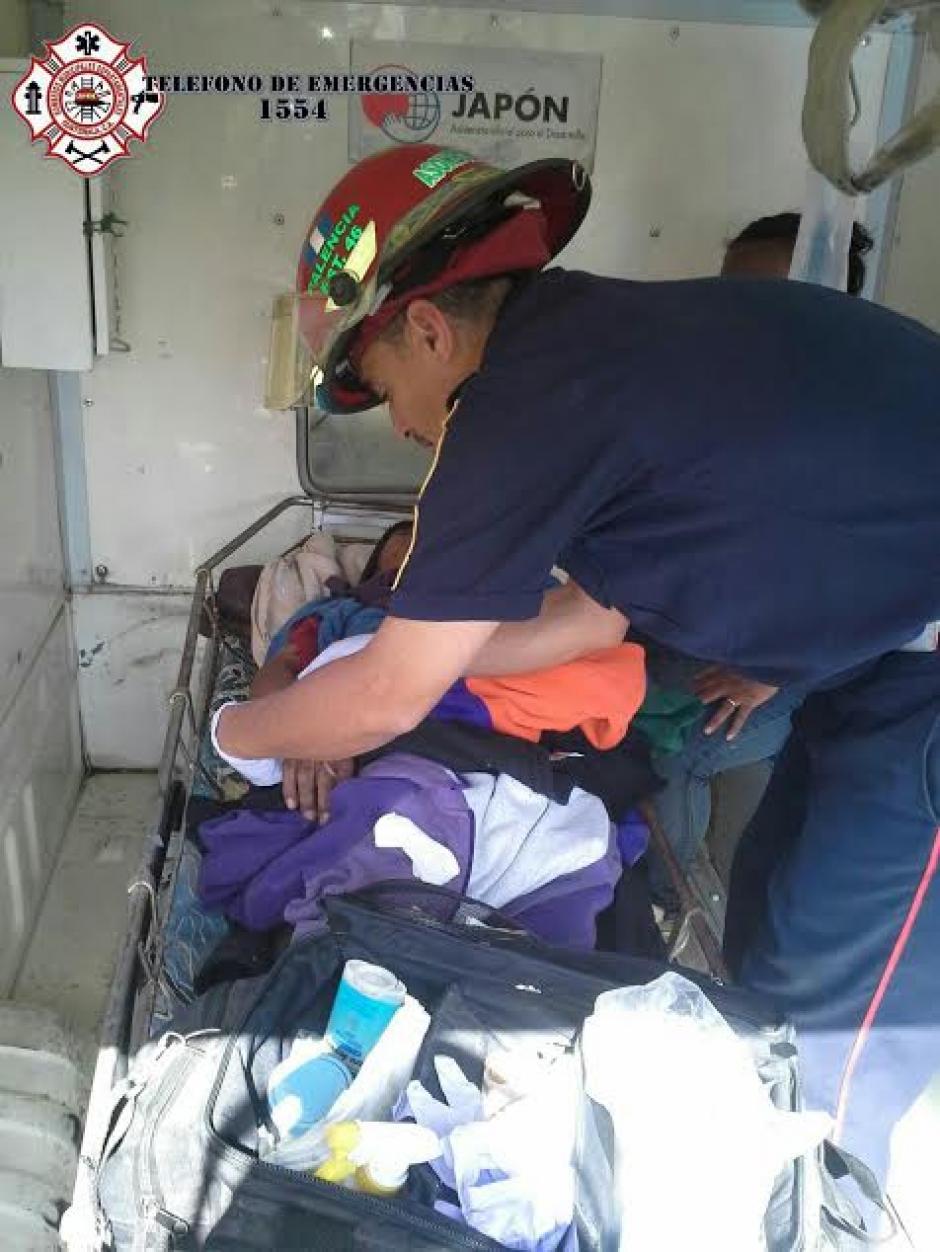 El adulto mayor localizado en Palencia  fue trasladado hacia el Hospital Roosevelt por sufrir una fractura expuesta. (Foto: @CBMDEPTAL)