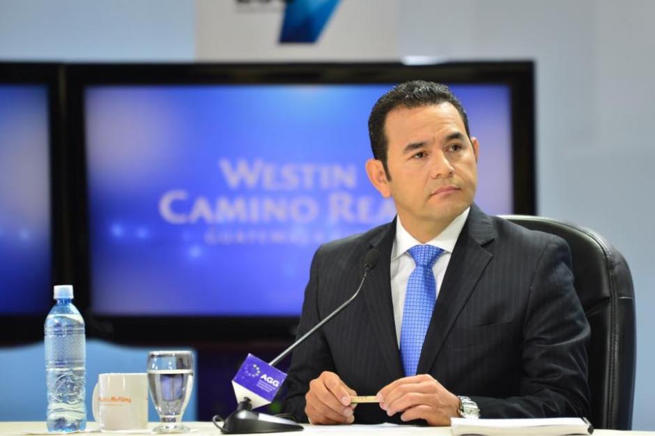 Jimmy Morales mostró el planK´atun 2032 que presentó Segeplan el año pasado como su estrategia de gobierno. (Foto: Jesús Alfonso/soy502)