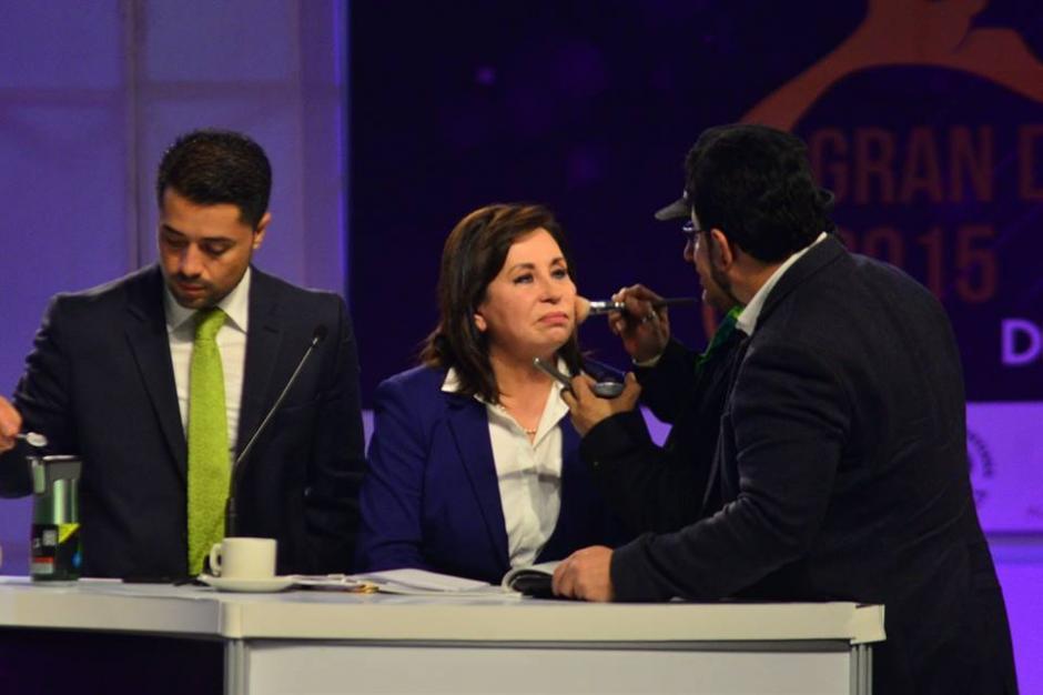 Sandra Torres fue maquillada en varias ocasiones durante las pausas comerciales en el debate. (Foto: Wilder López/Soy502)
