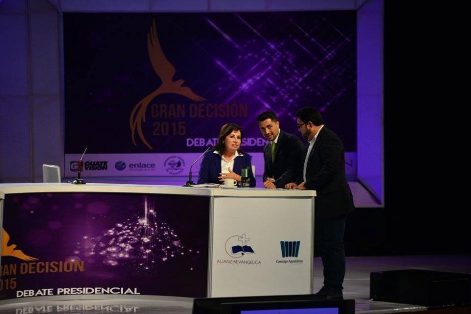 Carlos Menocal asesora a Sandra Torres durante los cortes comerciales del debate. (Foto: Wilder López/Soy502)