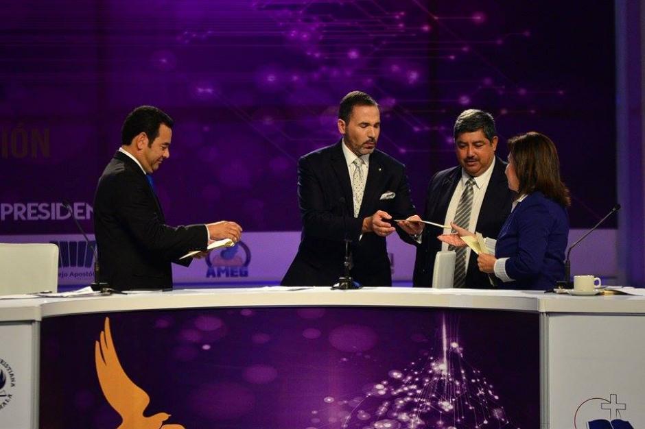 Momento del sorteo para decidir el orden en que se llevaría a cabo el debate. (Foto: Wilder López/Soy502)