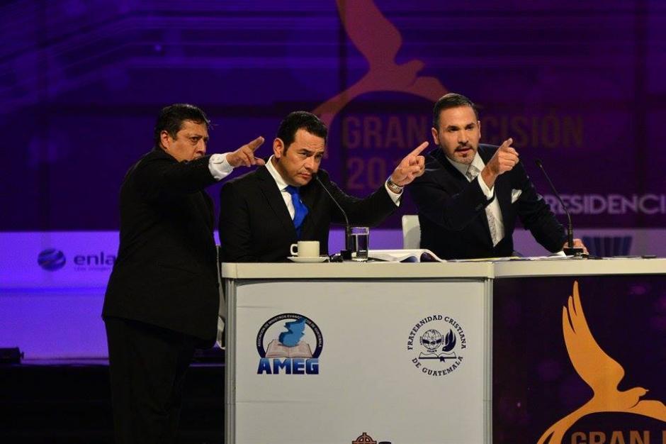 Le indican a Jimmy Morales a qué cámara debe ver para responder sus preguntas. (Foto: Wilder López/Soy502)