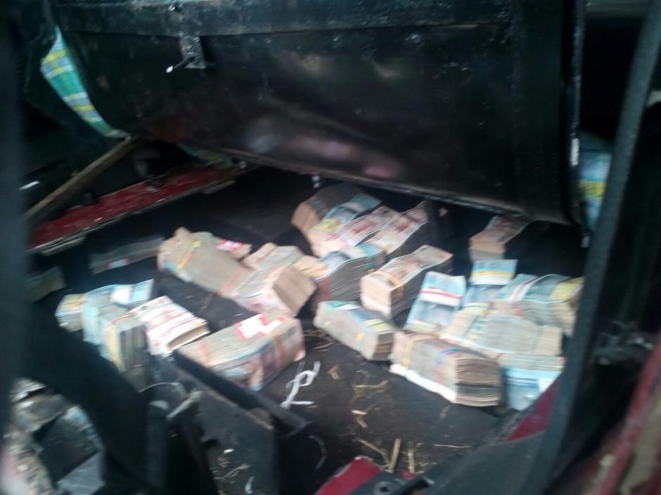 El dinero se encontraba en un compartimiento oculto de un vehículo.  (Foto: PNC)