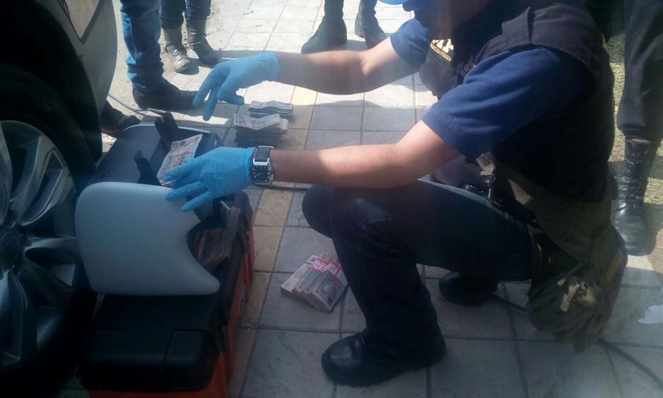 Las autoridades contabilizaron el dinero incautado en Villa Nueva.  (Foto: PNC)