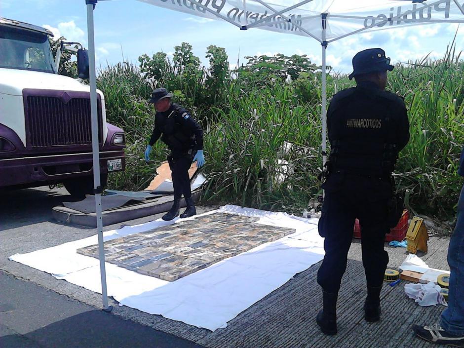 El cabezal se encontraba abandonado en la carretera de Palín hacia Escuintla.  (Foto: PNC)