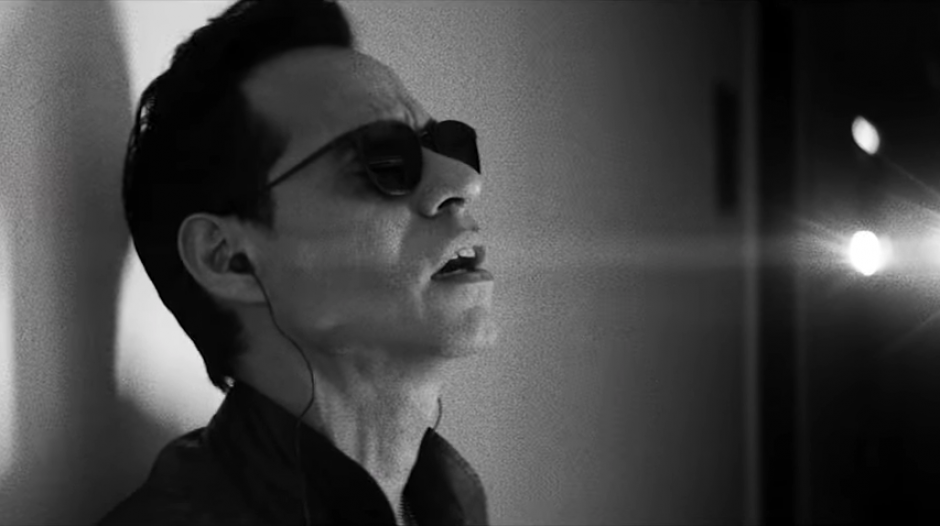 Marc Anthony luce sus inseparables anteojos negros. (Captura de pantalla: AlejandroSanzVEVO/ YouTube)