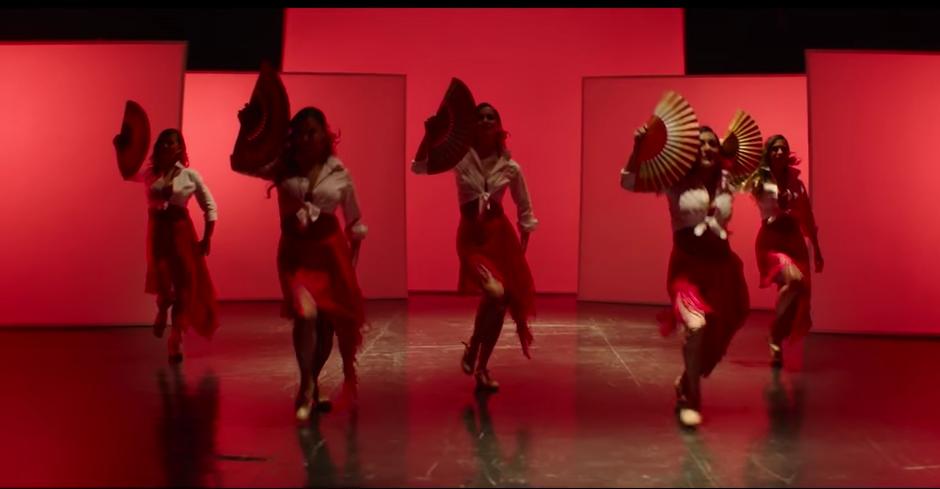 Las modelos bailan flamenco. (Captura de pantalla: AlejandroSanzVEVO/ YouTube)