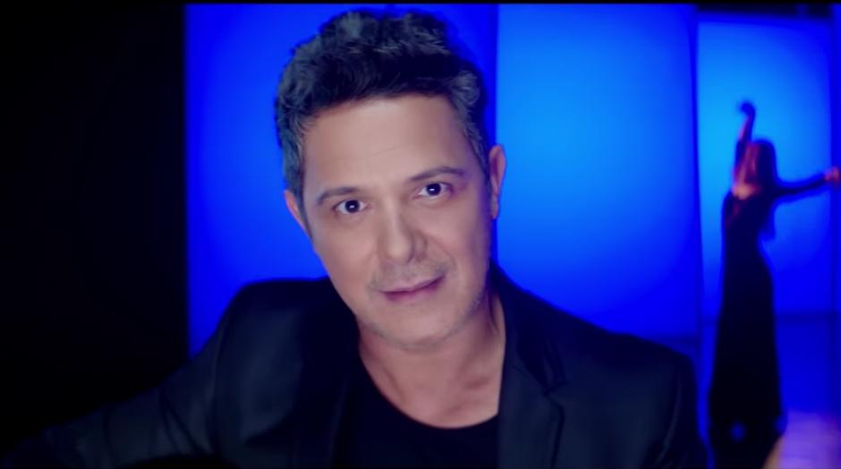 El cantante español le pone un toque de flamenco al dueto. (Captura de pantalla: AlejandroSanzVEVO/ YouTube)