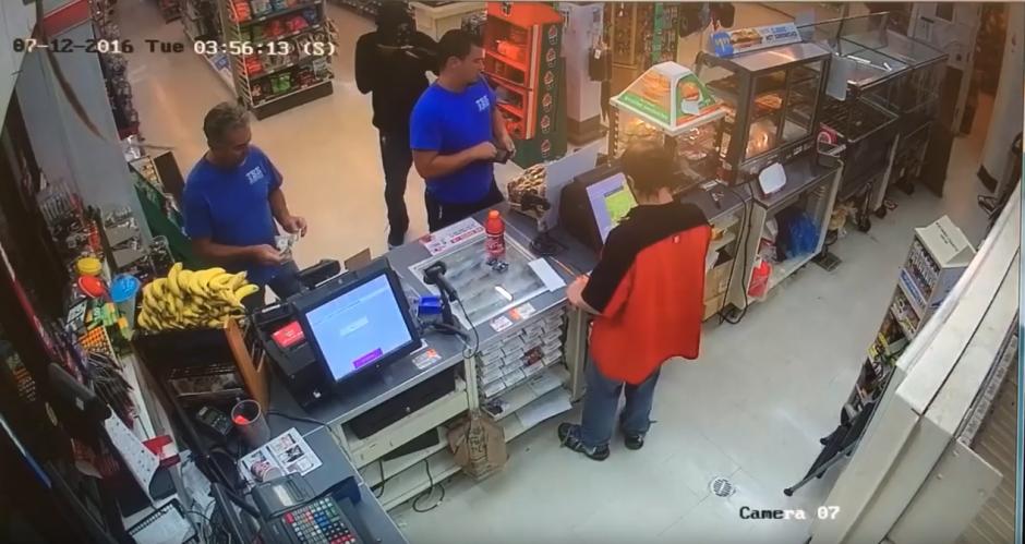 Un hombre entra a una tienda con el rostro tapado y una escopeta en la mano. (Captura de pantalla: FrederickNewsPost/ YouTube)