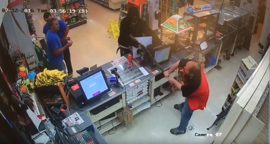 El encargado del lugar trata de quitarle el arma. (Captura de pantalla: FrederickNewsPost/ YouTube)