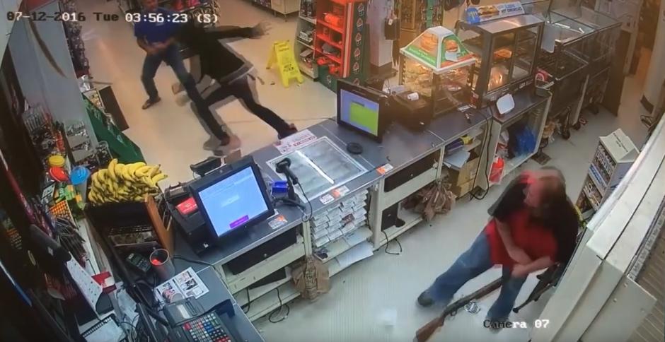 Tras el forcejeó, el delincuente escapa del lugar. (Captura de pantalla: FrederickNewsPost/ YouTube)