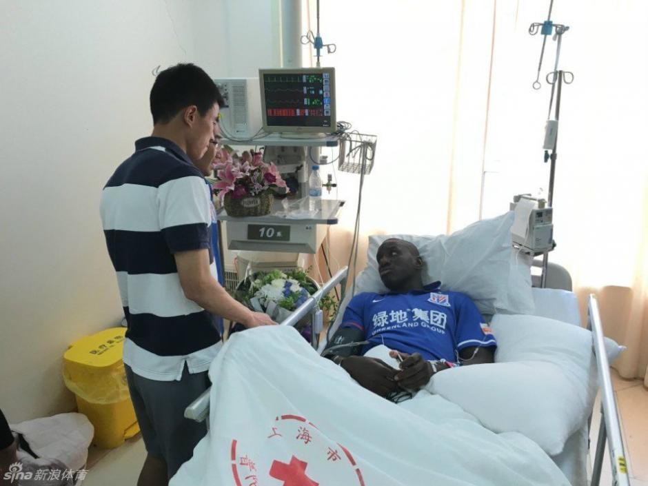 Sun Xiang llegó a disculparse con Demba Ba en el hospital. (Foto: Shanghai Shenhua)