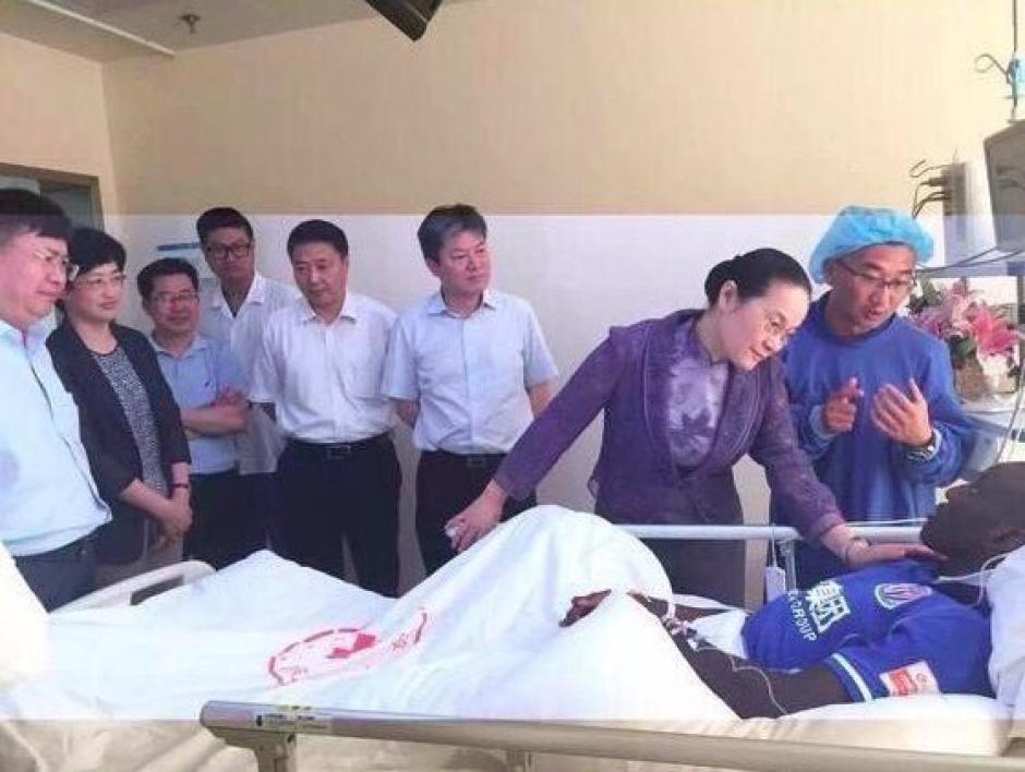 Aficionados, dirigentes y compañeros visitaron a Demba Ba en el hospital. (Foto: Shanghai Shenhua)