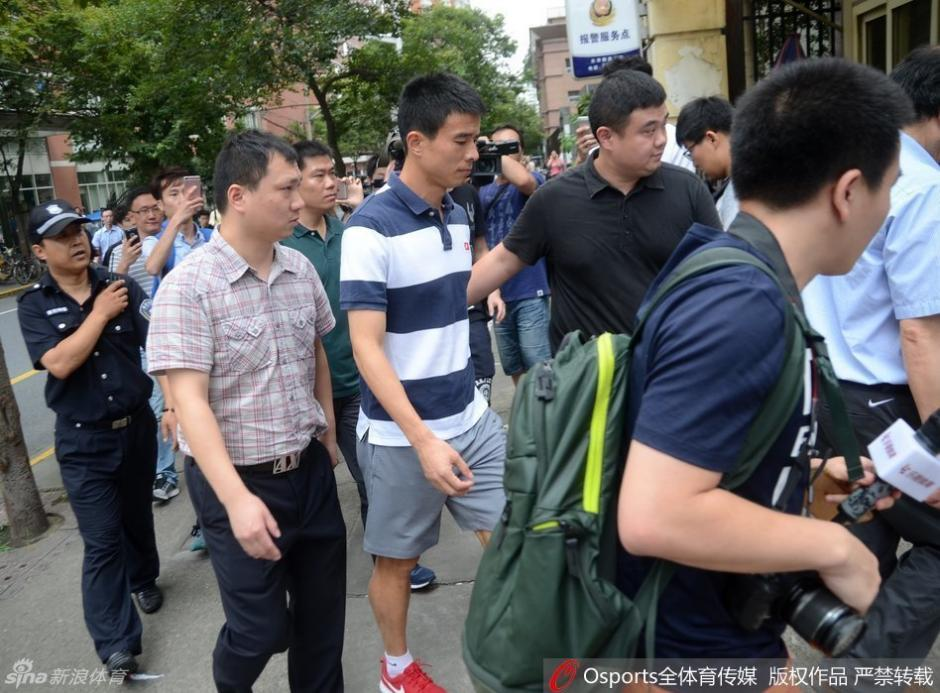 Sun Xiang fue acompañado por amigos y dirigente a visitar a Demba Ba. (Foto: Shanghai Shenhua)