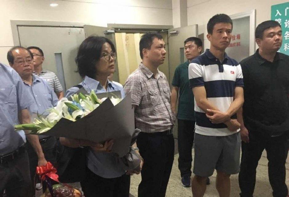 Sun Xiang a la espera de ingresar a visitar a Demba Ba. (Foto: Shanghai Shenhua)